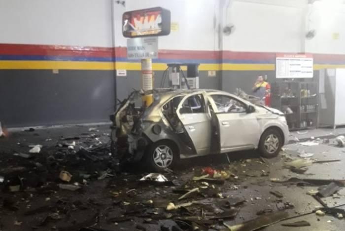 Explosão destruiu parte traseira do veículo