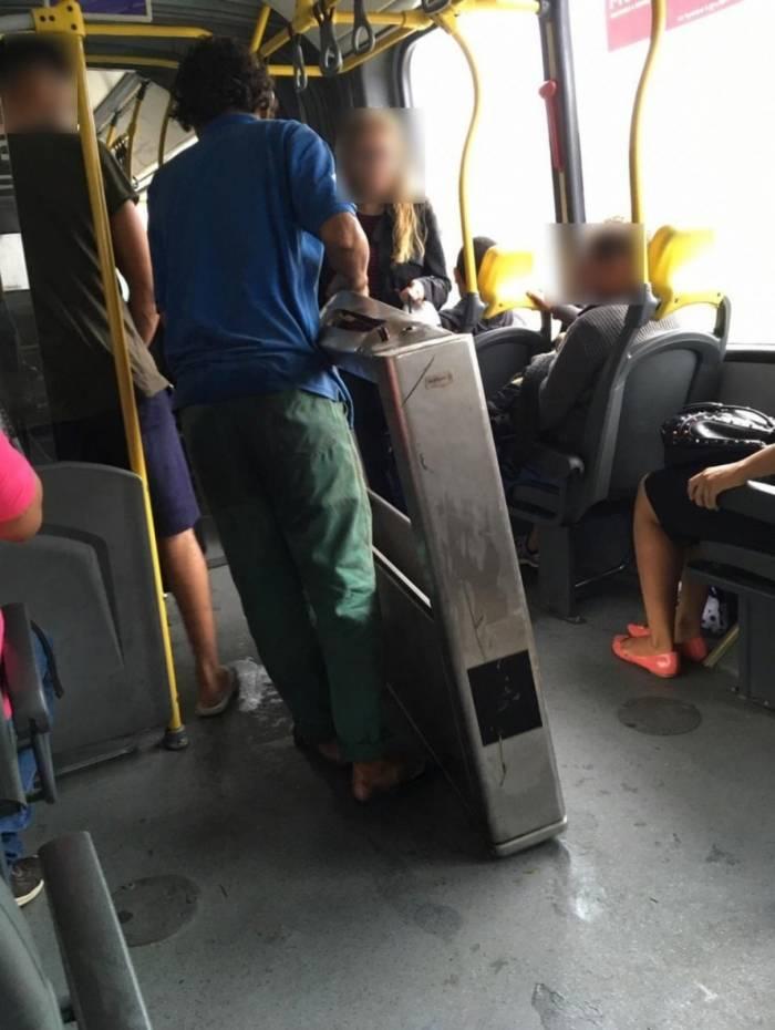 O morador de rua que roubou a catraca embarcou em um ônibus do próprio BRT, em plena luz do dia