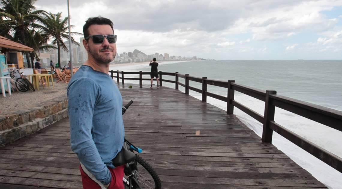 Cariocas e turistas aproveitam o fim de semana na praia mesmo com muito frio e chuva. Na foto, Vinícius Vasconcelos, no mirante do Leblon.