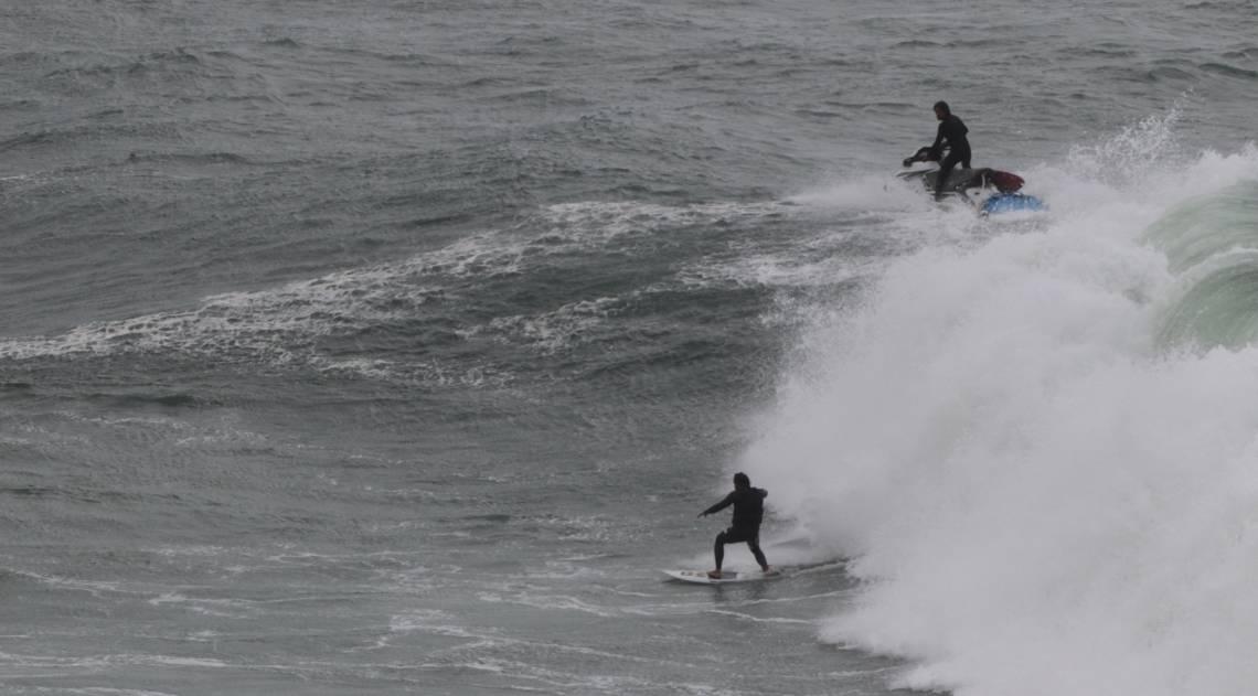 Cariocas e turistas aproveitam o fim de semana na praia mesmo com muito frio e chuva. Na foto, o surf visto do mirante do Leblon.