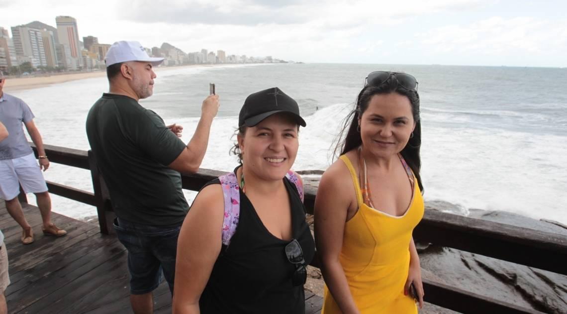 Cariocas e turistas aproveitam o fim de semana na praia mesmo com muito frio e chuva. Na foto,(de amarelo), Patrícia Pilates com uma amiga no mirante do Leblon.