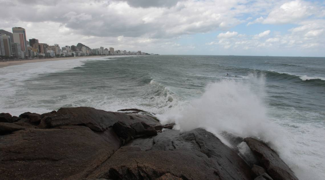 Cariocas e turistas aproveitam o fim de semana na praia mesmo com muito frio e chuva. Na foto, o mar visto do mirante do Leblon.