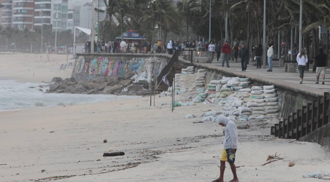 Cariocas e turistas aproveitam o fim de semana na praia mesmo com muito frio e chuva. Na foto, ressaca leva detritos e muita reia para o Arpoador.