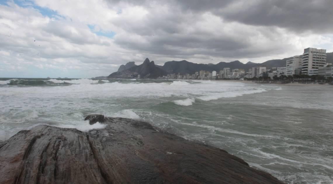 Cariocas e turistas aproveitam o fim de semana na praia mesmo com muito frio e chuva. Na foto, ressaca no Arpoador.