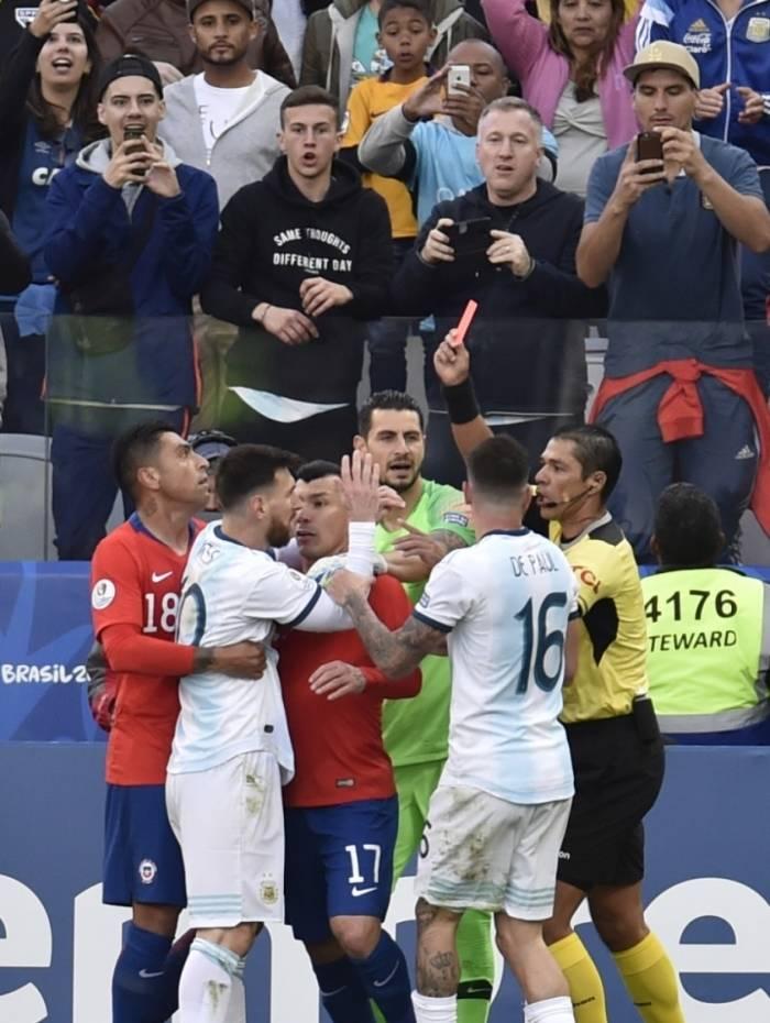 Messi se desentende com Medel e vê o arbitro erguer o vermelho