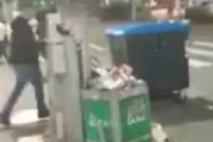 Imagens mostram jovens jogando suco em lixeira onde o morador de rua se abrigava do frio