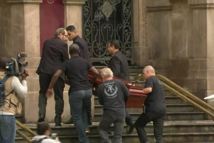 Corpo de João Gilberto chegou ao Theatro Municipal do Rio por volta das 7h desta segunda-feira