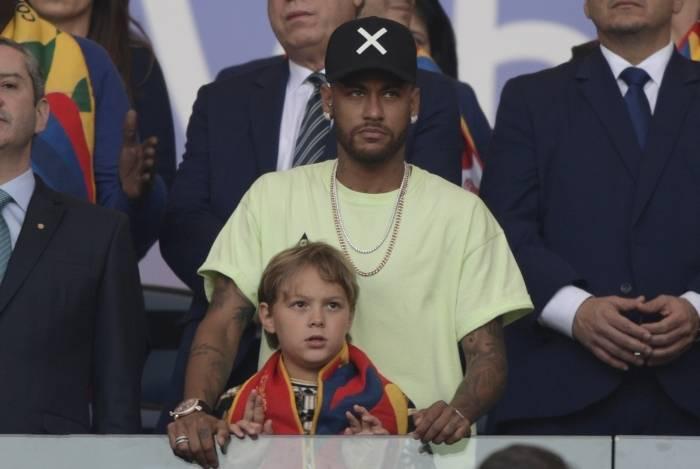 Neymar, com o filho, no Maracanã