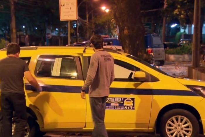 Um táxi foi parado para socorrer o PM ferido no Souza Aguiar
