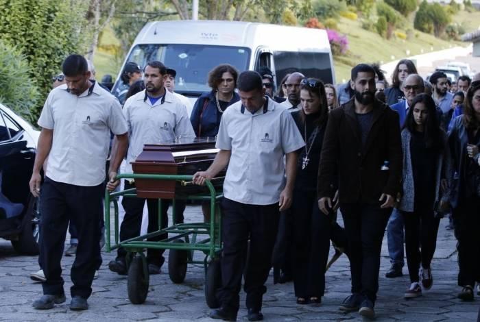 Familiares e amigos participam do sepultamento do cantor e compositor João Gilberto, no cemitério Parque da Colina, em Niterói