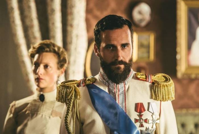 Czarina Alexandra Feodorovna (Susanna Herbert) e o czar Nicolau II (Robert Jack)