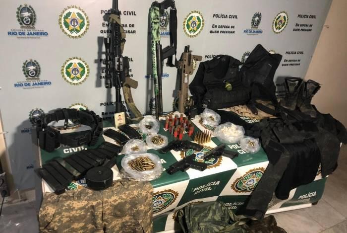 Agentes apreenderam fuzis, espingardas, coletes e trajes táticos na casa de Tirso
