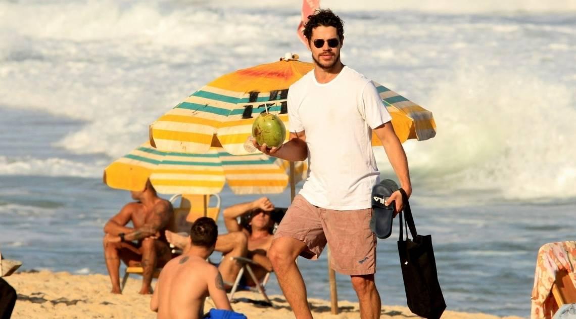 José Loreto curte praia com amigos