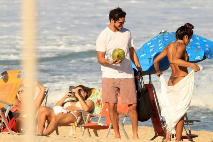 José Loreto curte dia de praia com amigos