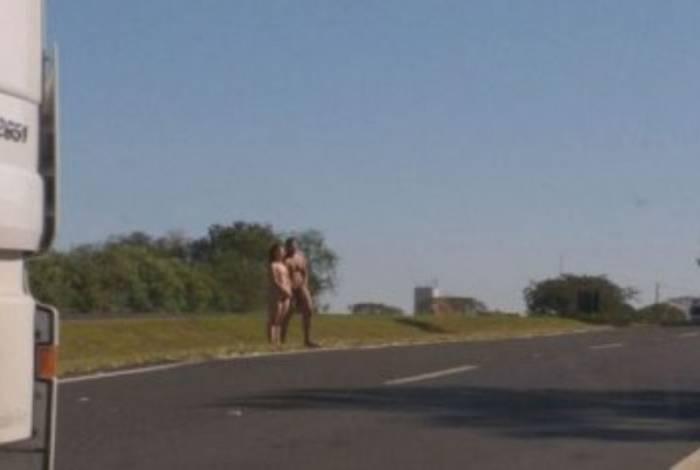 Casal nu é resgatado após flagra em Rodovia de São Paulo