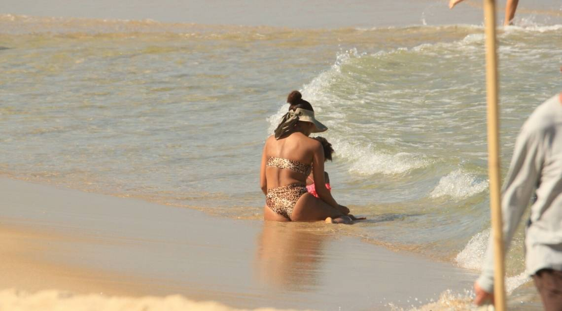 Taís Araújo se diverte na Praia do Leblon, na Zona Sul do Rio, nesta quinta-feira