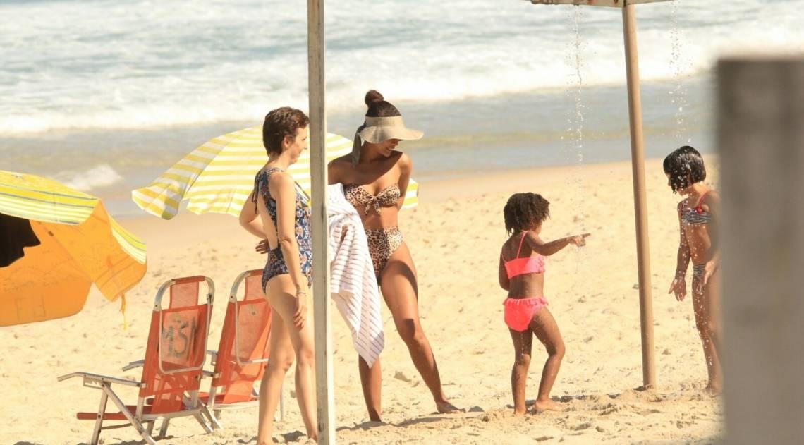 Taís Araújo curte dia de praia no Leblon, na Zona Sul do Rio, nesta quinta-feira