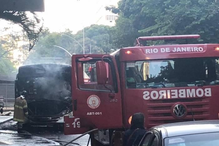 Ônibus pegou fogo no Flamengo