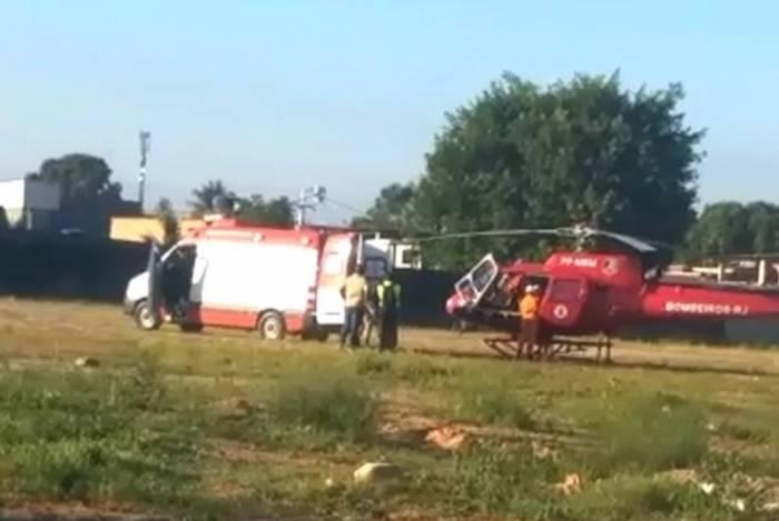 Helicóptero resgata vítima de acidente nos trilhos do trem da Supervia e socorre ao Hospital Estadual Adão Pereira Nunes, em Saracuruna