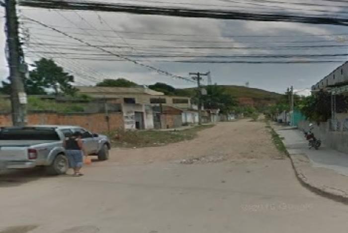 A Rua Carlos Gomes, na localidade conhecida como Cantão, em Santa Rita, só tem asfalto em uma parte