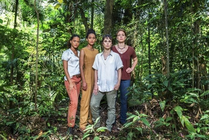 No alto, as ativistas Clara (Thainá Duarte), Verônica (Taís Araújo), Natalie (Débora Falabela) e Luiza (Leandra Leal)
