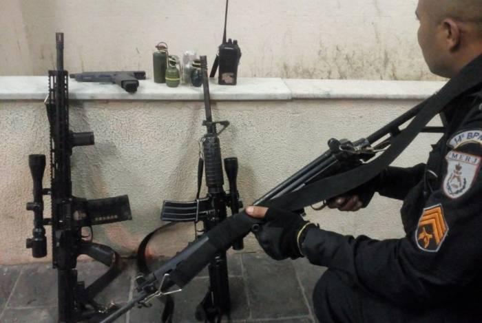 Policiais apreenderam dois fuzis, quatro granadas, uma pistola e um rádio comunicador