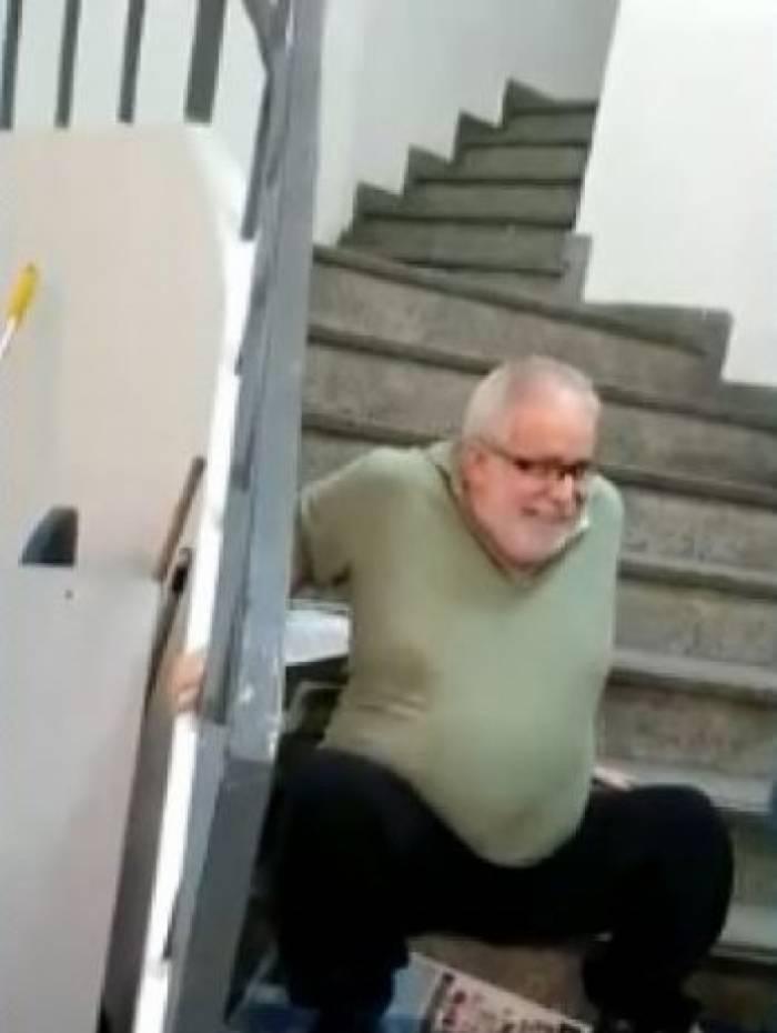 Professor precisou subir escadas sentado