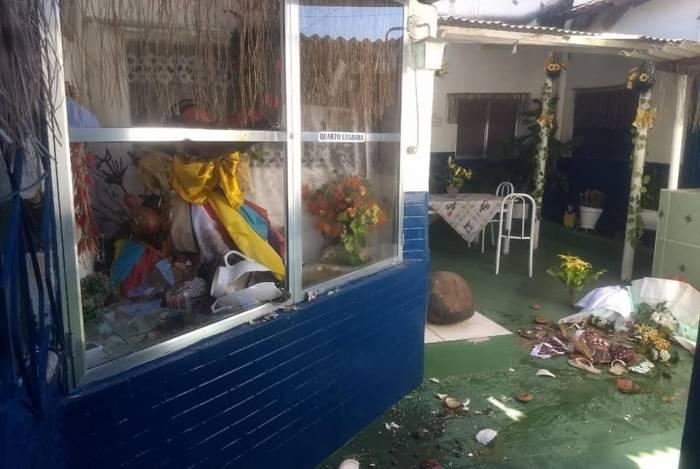 Objetos e esculturas foram quebrados pelos criminosos, que deram ordem para fechar o espaço religioso, em funcionamento há 50 anos