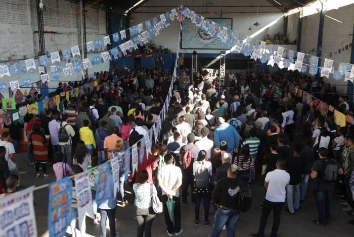 Cerca de mil pessoas enfrentam fila em feirão de empregos na Zona Norte do Rio