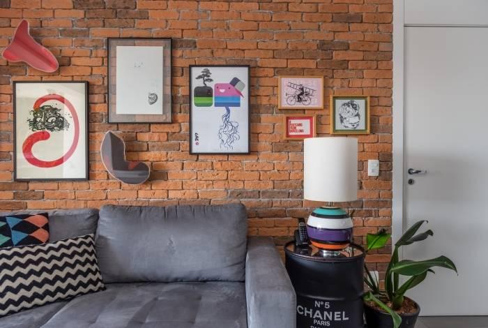 Moradores podem investir em quadros de diferentes tamanhos e modelos para ornamentar a parede