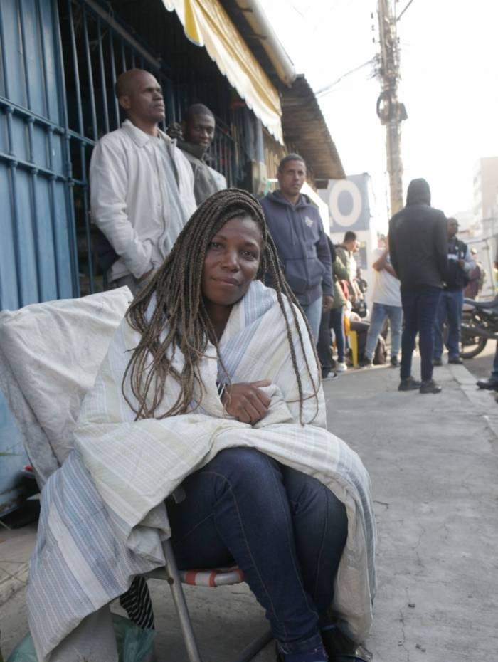 Candidata Ana Angelica levou cobertor para passar a noite na fila de emprego no Engenho de Dentro