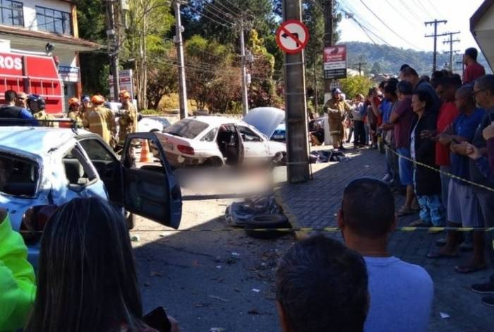 Acidente entre dois carros deixa três mortos e três feridos em Teresópolis