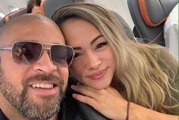 Adriano Imperador viaja com a namorada, Hanna Alvarez