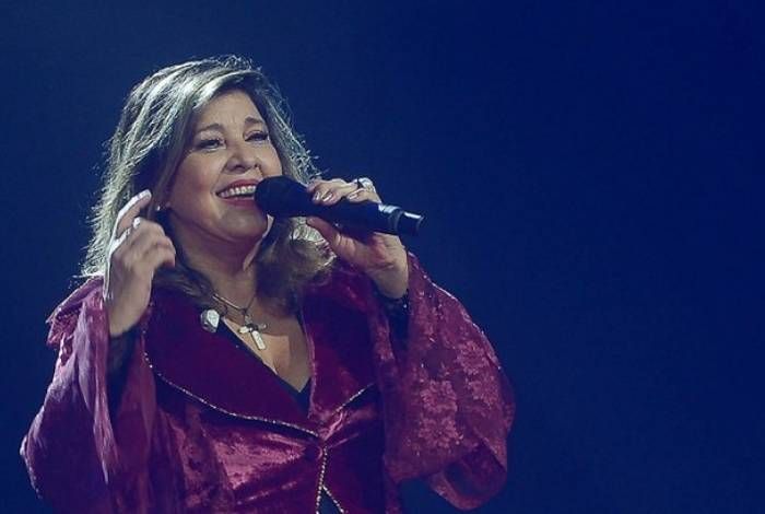 Roberta Miranda ajuda fã durante show