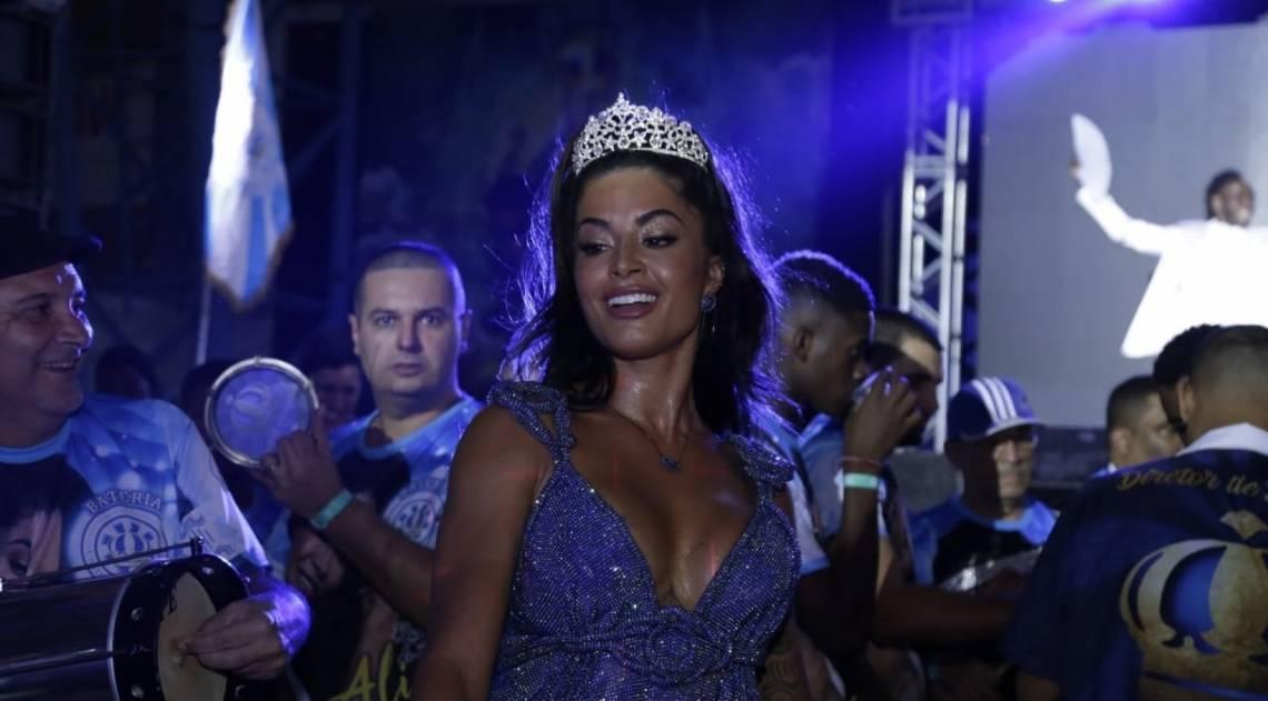 Aline Riscado é coroada rainha de bateria da Vila Isabel