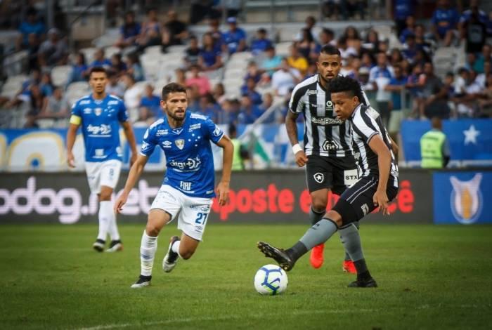 Gustavo Bochecha recebe a marcação de Jadson, ex-Fluminense