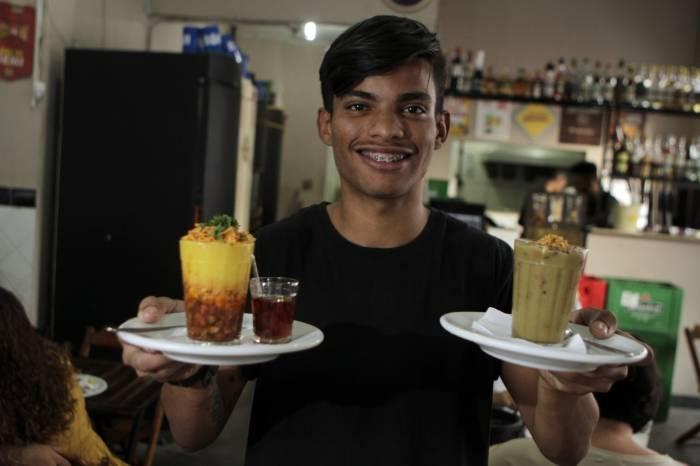 Garçom Tauan Oliveira exibe opções de inverno do Bar da Gema