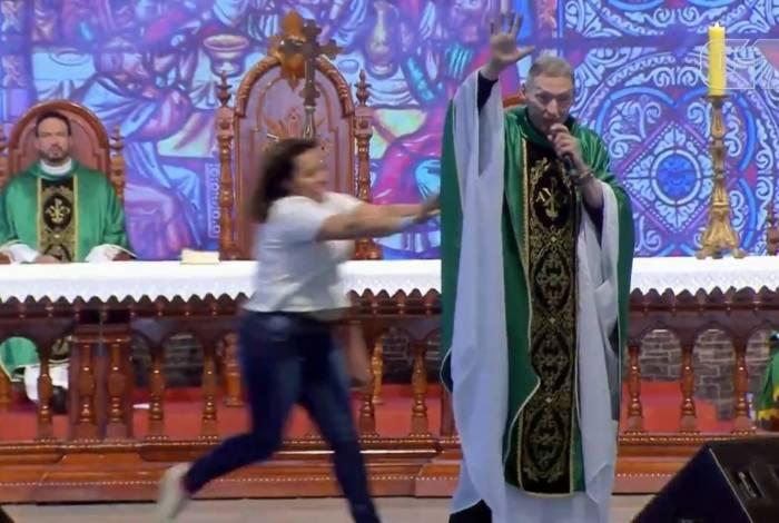 Padre Marcelo Rossi é empurrado por fiel durante Missa. Reprodução de vídeo