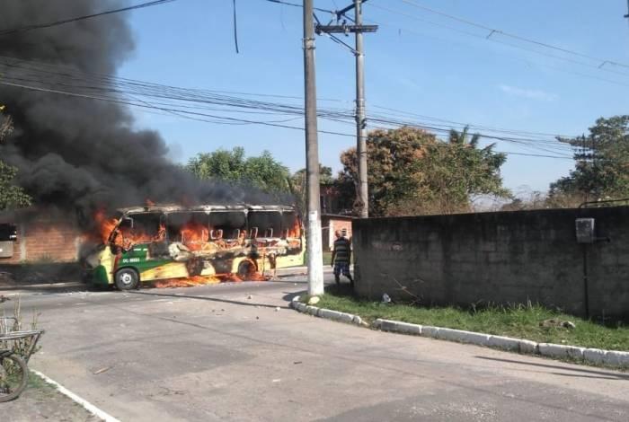 Ônibus pegando fogo em Magé