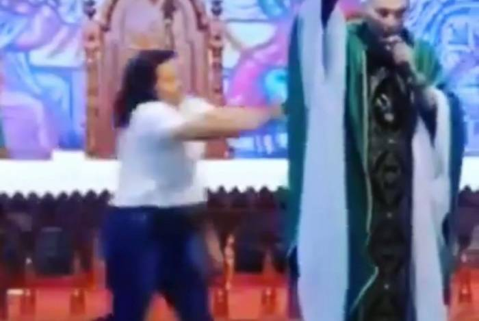 Mulher empurra Padre Marcelo Rossi ao vivo