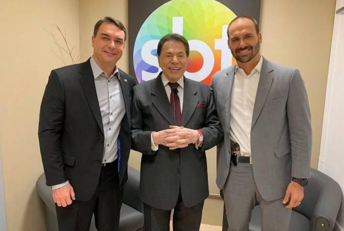 Flávio Bolsonaro, Silvio Santos e Eduardo Bolsonaro nos bastidores do SBT