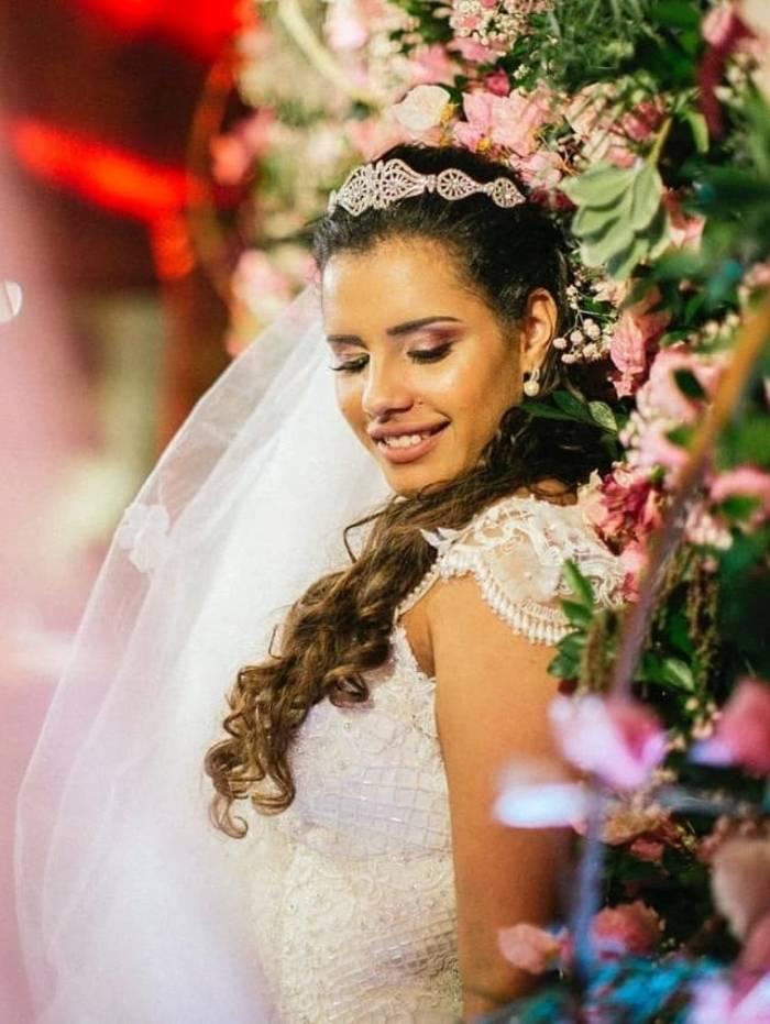 Alinne Araújo se casou sozinha neste domingo