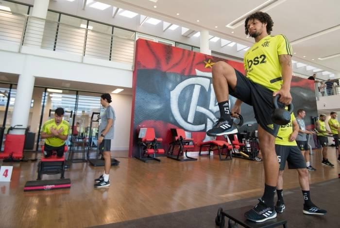 Willian Arão, volante do Flamengo, faz exercício na academia