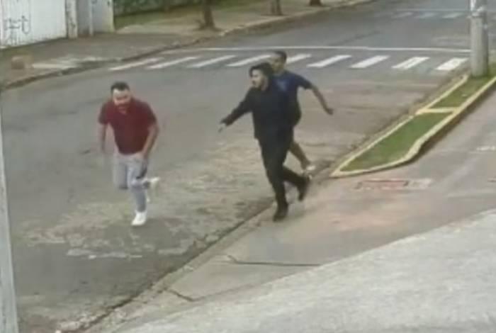 Momento em que jovem gay é agredido em rua de Goiânia