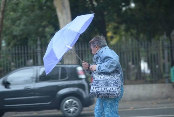 Chegada de frente fria traz chuva e queda de temperatura no Rio