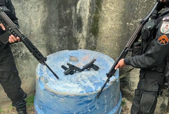 Pistolas encontradas com os suspeitos