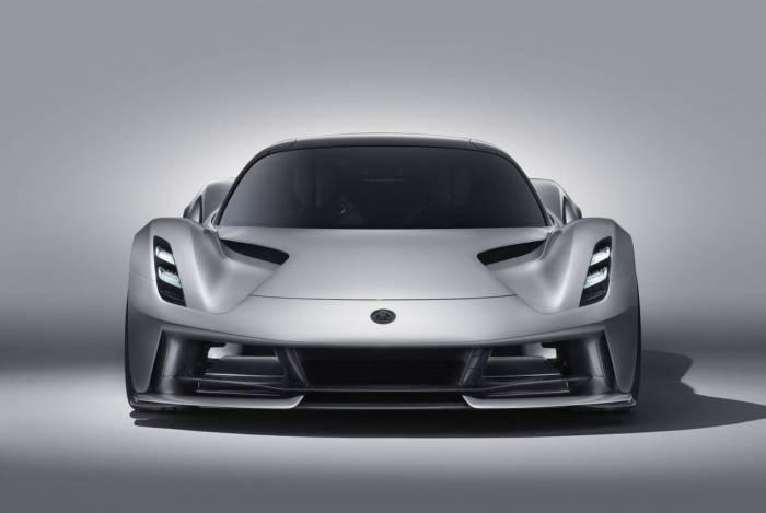 O Evija será o primeiro modelo fabricado com faróis baixo e alto a laser