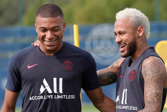 Neymar brinca com Mbappé em treino no PSG