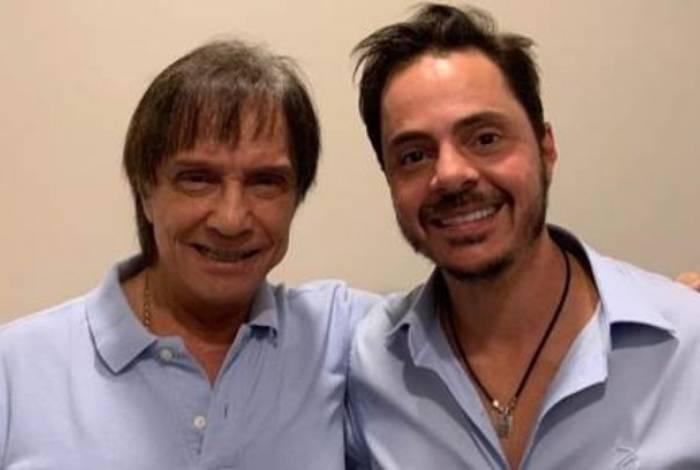 Roberto Carlos com médico responsável por realizar procedimento estético no cantor