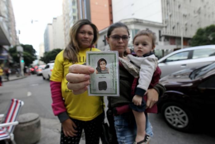 Sandra Maria de Alencar (de amarelo), ao lado da filha e do neto: detida por engano em Copacabana